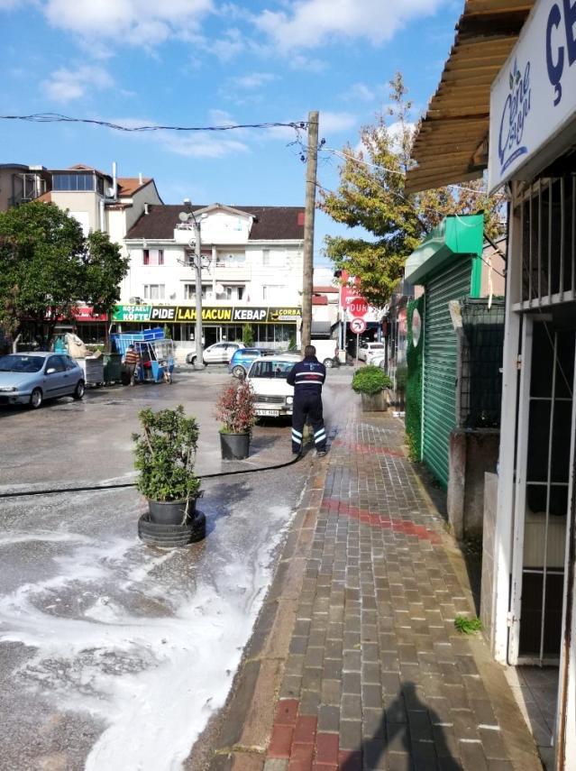 İzmit Belediyesi, mahalle ve sokakları dezenfekte ediyor