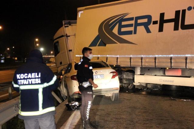 Kocaeli'de otomobil ile çarpışan tır TEM Otoyolu'nu trafiğe kapattı