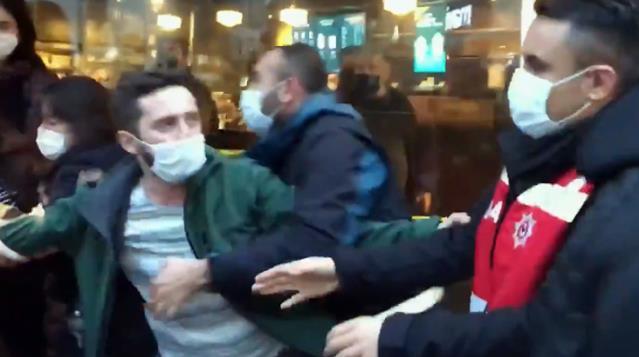 Kadıköy'deki olaylarda eylemcilere müdahale eden polis, sivil polisi de gözaltına almaya kalktı