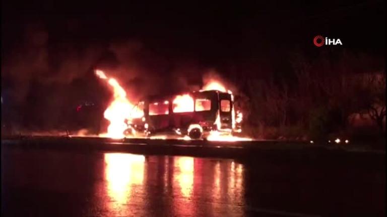 Park halindeki minibüs alev alev böyle yandı