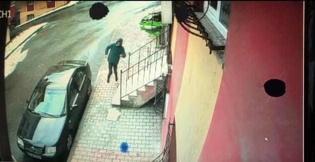 Sultangazi'de bacağından vurulan kişinin seke seke kaçtığı anlar kamerada