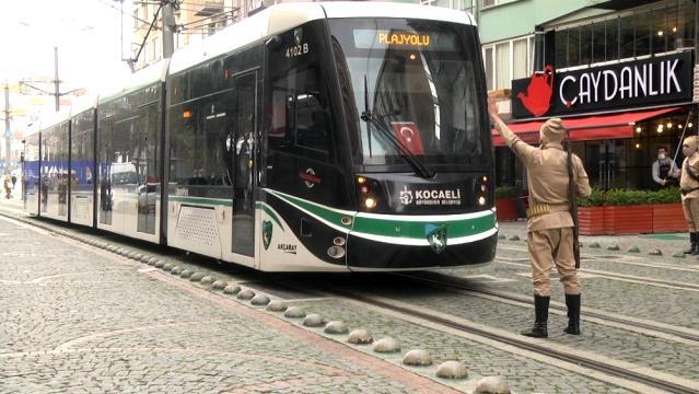 """""""Dur yolcu"""" diyen askerler tramvayın önünü kesti"""