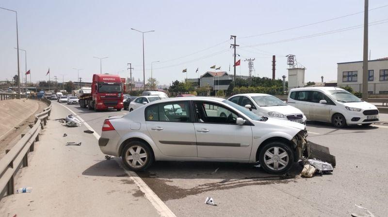 Kocaeli'de bariyerlere çarpan otomobilin sürücüsü yaralandı