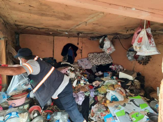Kocaeli'de bir evden 2 kamyon çöp çıkarıldı
