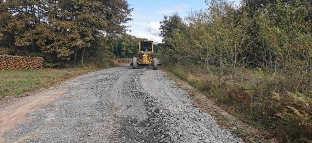 Köy yollarında stabilize malzeme serimi devam ediyor