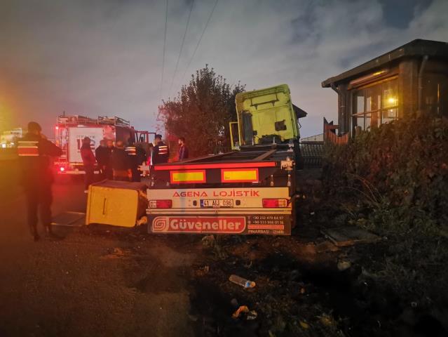 Kocaeli'de direğe çarpan tırın sürücüsü yaralandı