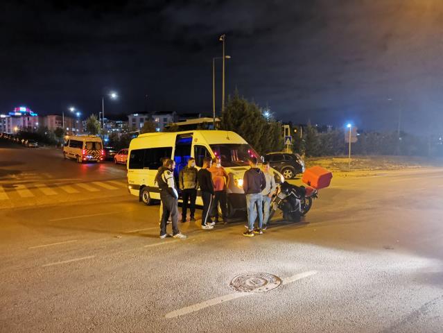 Kocaeli'de servis minibüsü ile çarpışan motosikletin sürücüsü yaralandı