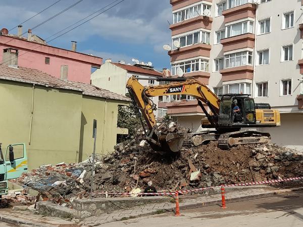 Bina yıkımı sırasında elektrik telleri patlamaya başladı