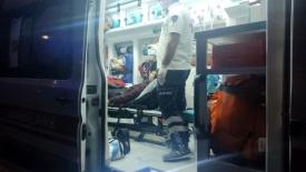 Yol kenarındaki çukura motosikletiyle birlikte düşerek yaralandı